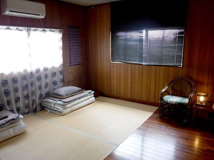 沖縄の雰囲気を感じる2階の部屋(個室)