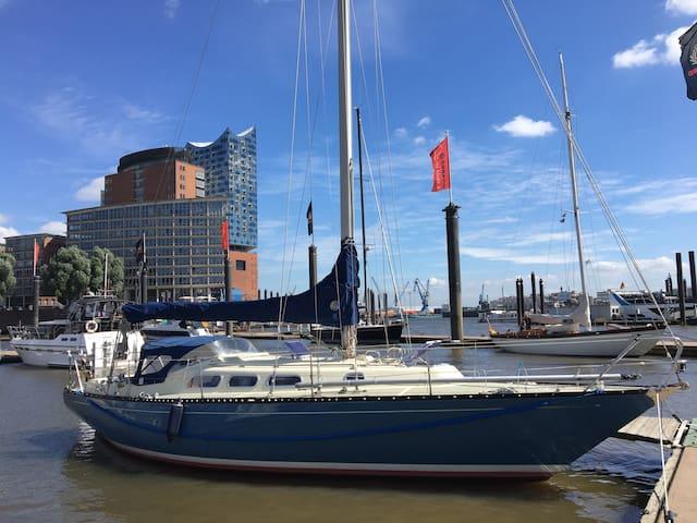 Staying on a boat! City Center - Elbphilharmonie
