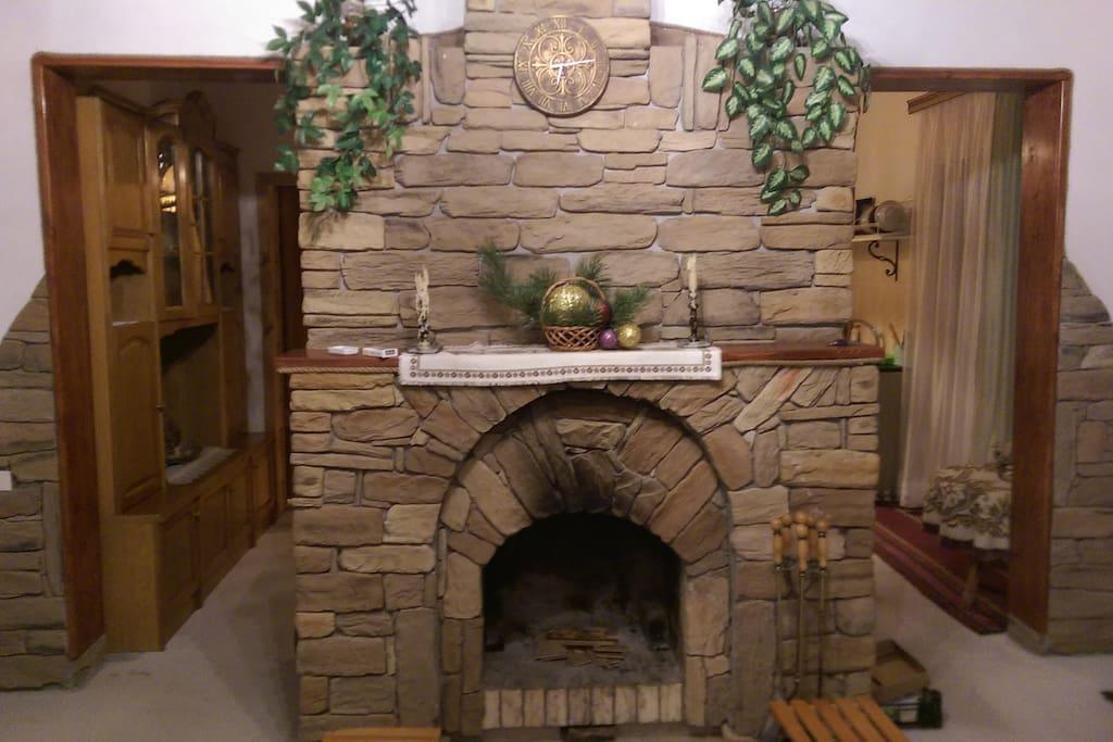 Камин украшает гостиную комнату