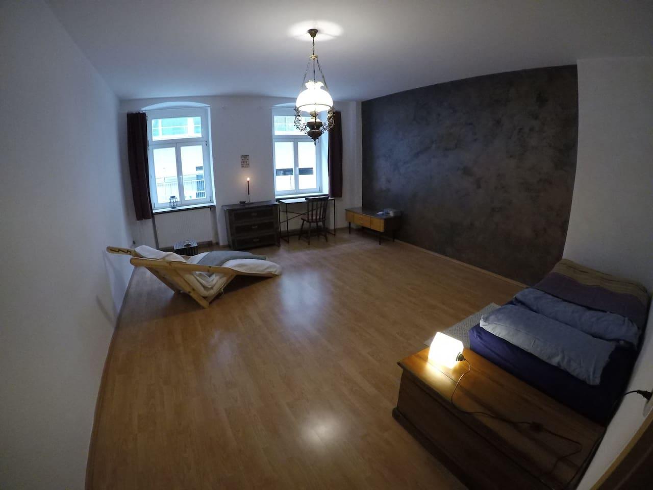 Gastzimmer 23 qm mit einem Stapelbett, einer Futonliege und einem Schreibtisch. ゲストルーム23平米の部屋。
