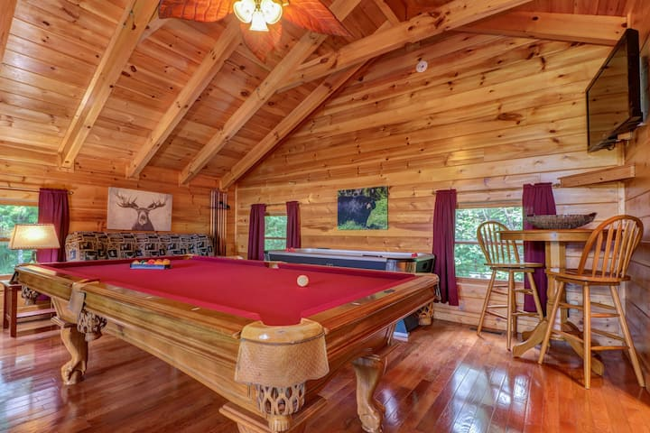Mountain View Cabin w/Hot Tub, Indoor Pool/Sauna, Fireplace, Game Room - Dogs OK