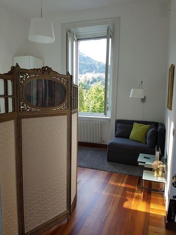 Villa Floreal - Studio Gourmet: Sofa im Schlafraum