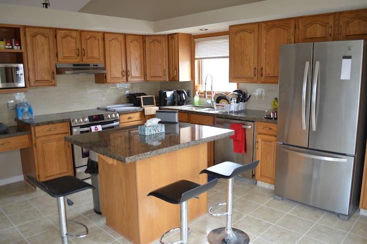 rooms available in a spacious home :) - Calgary - Casa