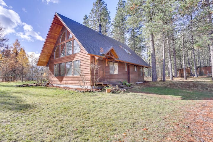 Peaceful cabin w/wood stove, jet tub & easy access to trails