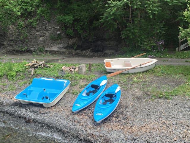 Cozy Cottage w/Whirlpool Tub, 4 Kayaks &Peddleboat