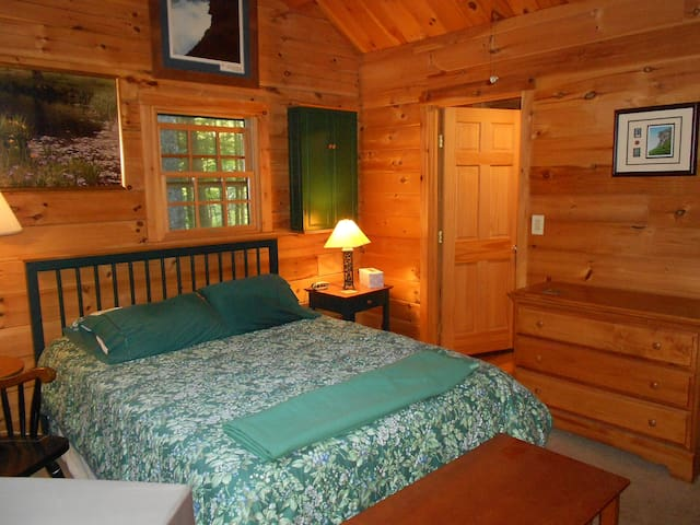 Campton Log Home Luxury Second Floor Room & Bathrm - Campton