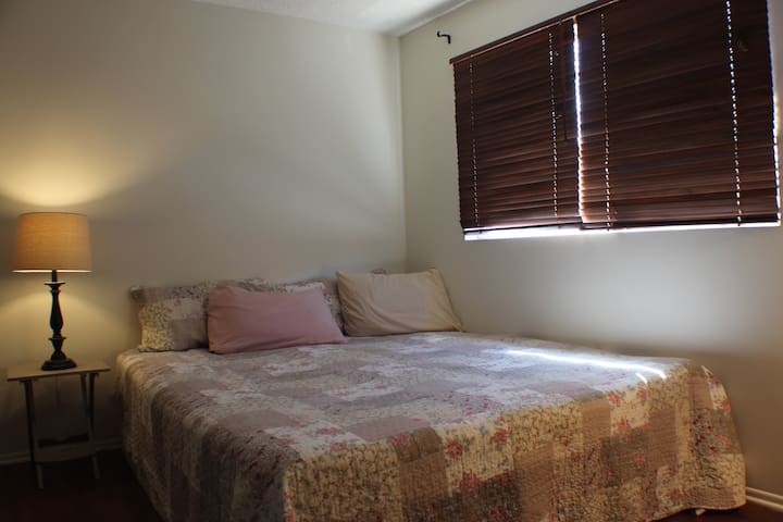 Private bedroom and bathroom, steps to sand! - Huntington Beach - Gjestehus