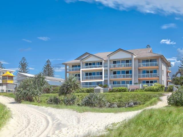Absolute Beachfront Two Bedroom Apartment - Bilinga - Apartment