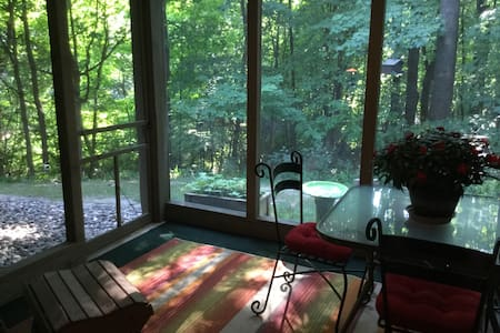 Wooded Town home, lower level with screened porch - Excelsior