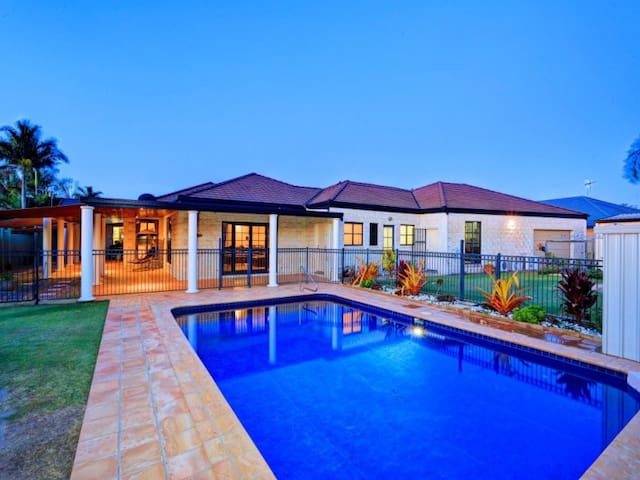 Grand Getaway Home close to Airport and Shopping