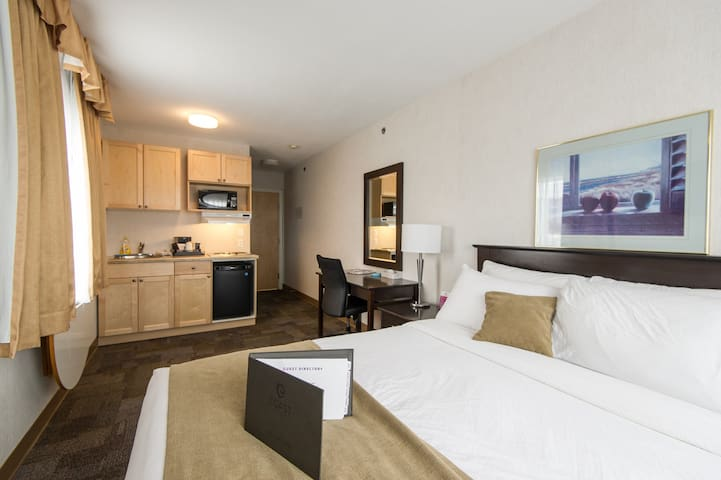 Upgraded Downtown Hotel Studio with Wifi, Parking