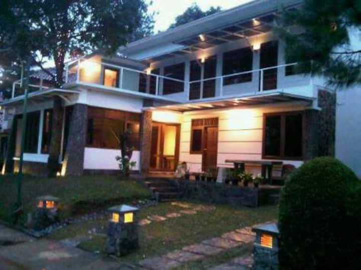 Villa 4 BR Luas, nyaman, sejuk, dan private