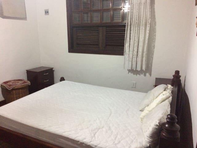 Suite principal com cama de casal e uma de solteiro do 2o andar + closet