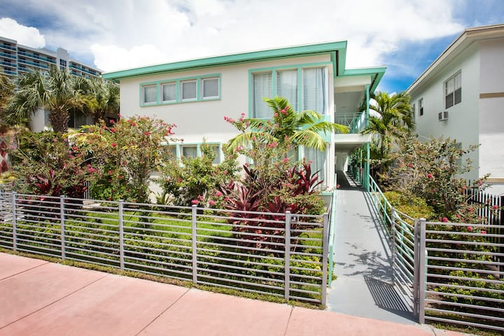 Heart of SoBe w/FREE Parking   Steps to Best Restaurants   Live Like A Local   2 Bedroom Apartment