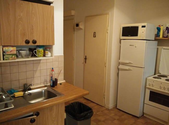 mıtfakta gerekli mutfak eşyaları bulunmkatadır  buzdolabı olsun mikrodalga olsun gönül rahatlığıyla kullanabilirsiniz.