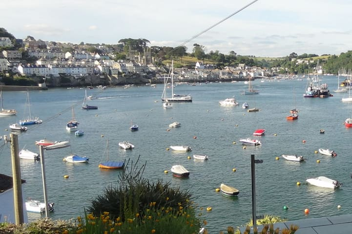Seashells, dog friendly, fabulous harbour views