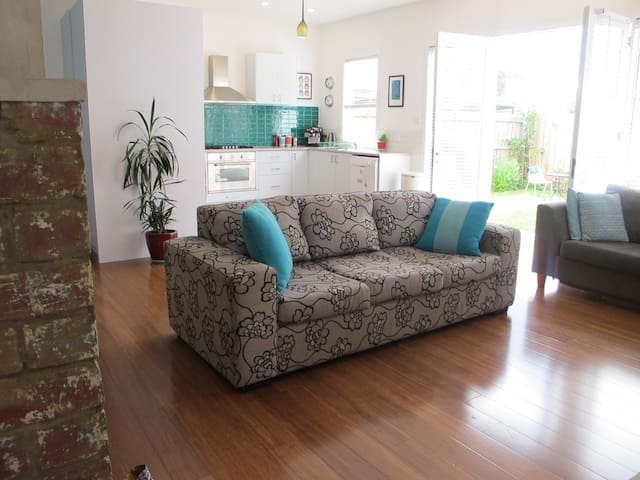 Entire family home in leafy western suburbs - West Footscray - Ev