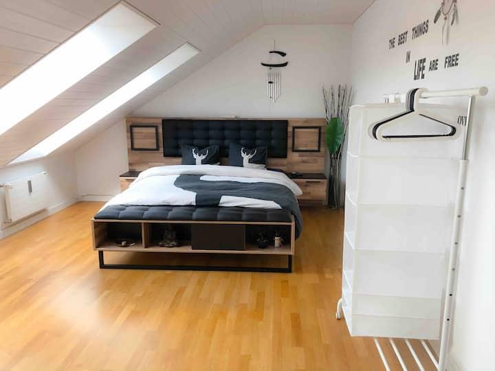 Sehr schöne Dachwohnung mit privatem Badezimmer