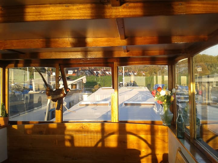Houseboat with a panoramic city-view