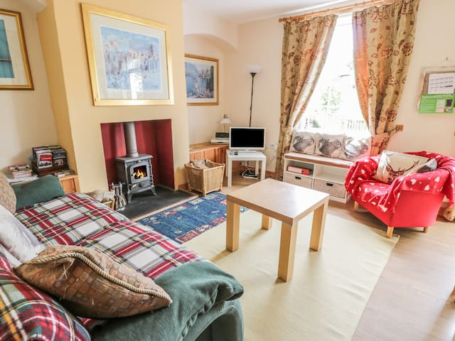 CRINAN CANAL COTTAGE, pet friendly in Kilmartin, Ref 27162
