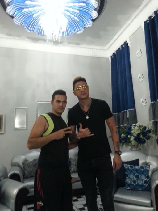 Divan cantante cubano con Rolando en el Hostal La Concha Azul