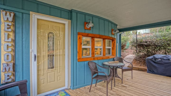 Coach's Cabin - Completely remodeled! Fenced yard! Close to amenities in LLH