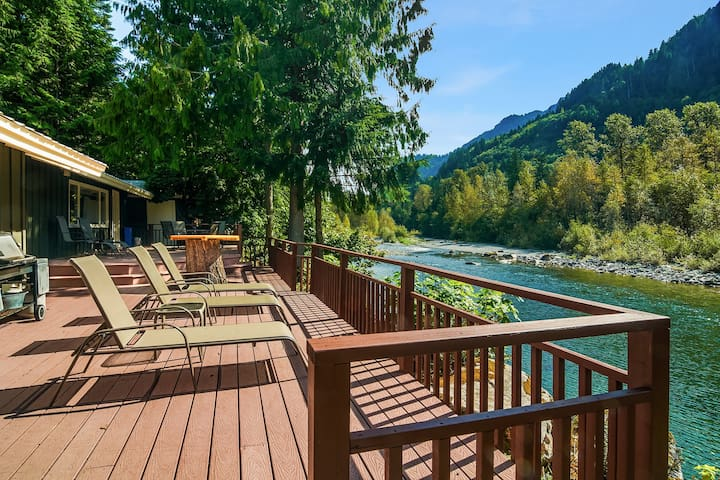 Three-acre, dog-friendly house overlooking Skykomish River w/ private hot tub!