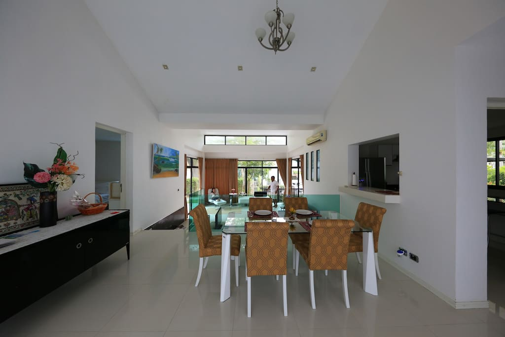 Dining room with seating for 6 persons, crockery and cutlery provided
