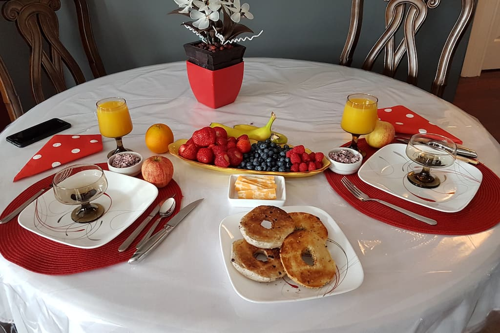 Guest has a choice.of Bagels or Croissants freshly baked in the morning with fresh fruit, strawberries, raspberries,black berries, blue berries, grapes, melon, banana,yougurt,orange juice,tea or coffee, also an assortment.of herbal teas, sliced cheese, cereal if requested. Bon eť petité :)