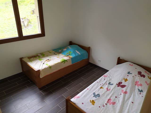 Chambre 2 lits simple avec   penderie