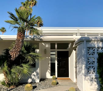 Well Appointed 2 Bedroom / 2 Bath Midcentury Home