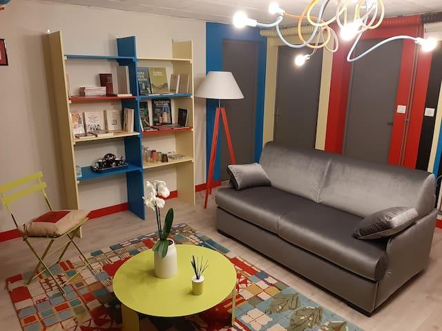 Salon 25 m2 avec canapé convertible de haute qualité pour 2 personnes.
