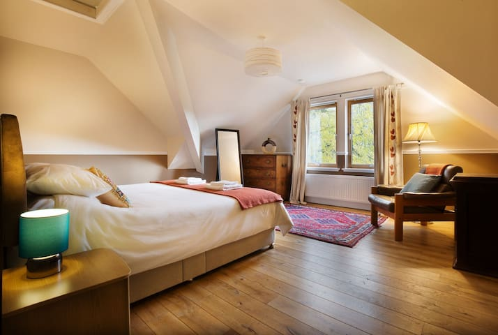 Kingsize ensuite in Large House,  incl. breakfast.