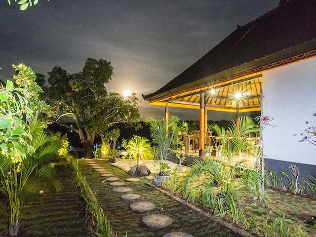 Sunrise Huts in Nusa Lembongan Island