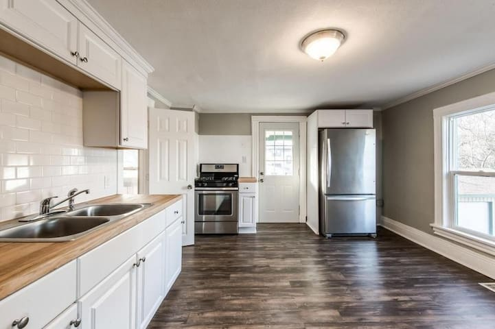 2 bedroom with office, 3 minutes from downtown!