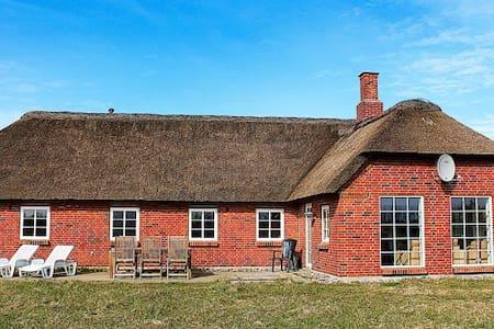 Stråtægt sommerhus på stor naturgrund - Ulfborg - Blockhütte