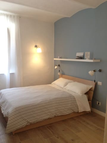 Room in a flat in the hiostoric center ! - Orbetello - Dům