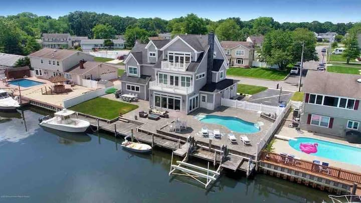 Waterfront 4600SqFt Immaculate 7bd/4bath Home