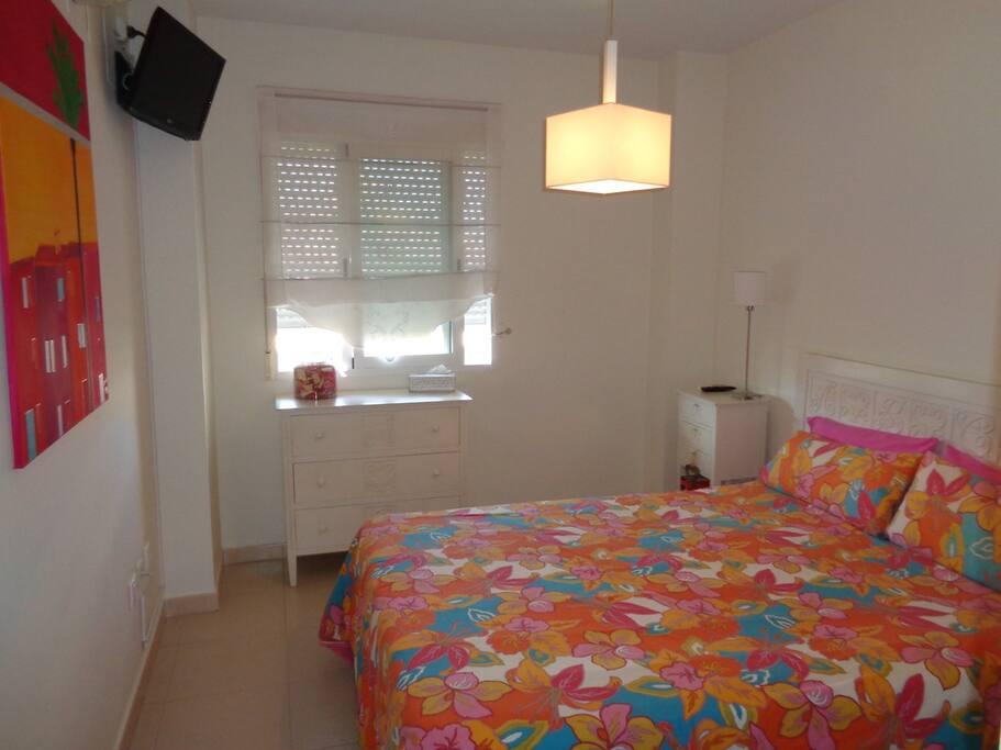 Schlafzimmer mit Doppelbett und Fernsehen