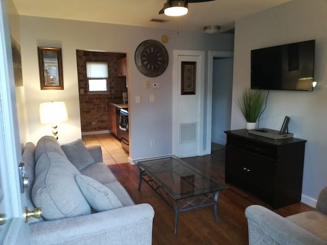 Recently renovated 2b/1ba near downtown! Sleeps 5!
