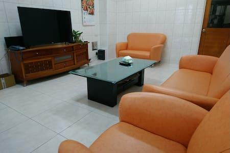 環境舒適,乾淨整潔~設備齊全。包棟可住10人(每天6:00準時供應早餐)