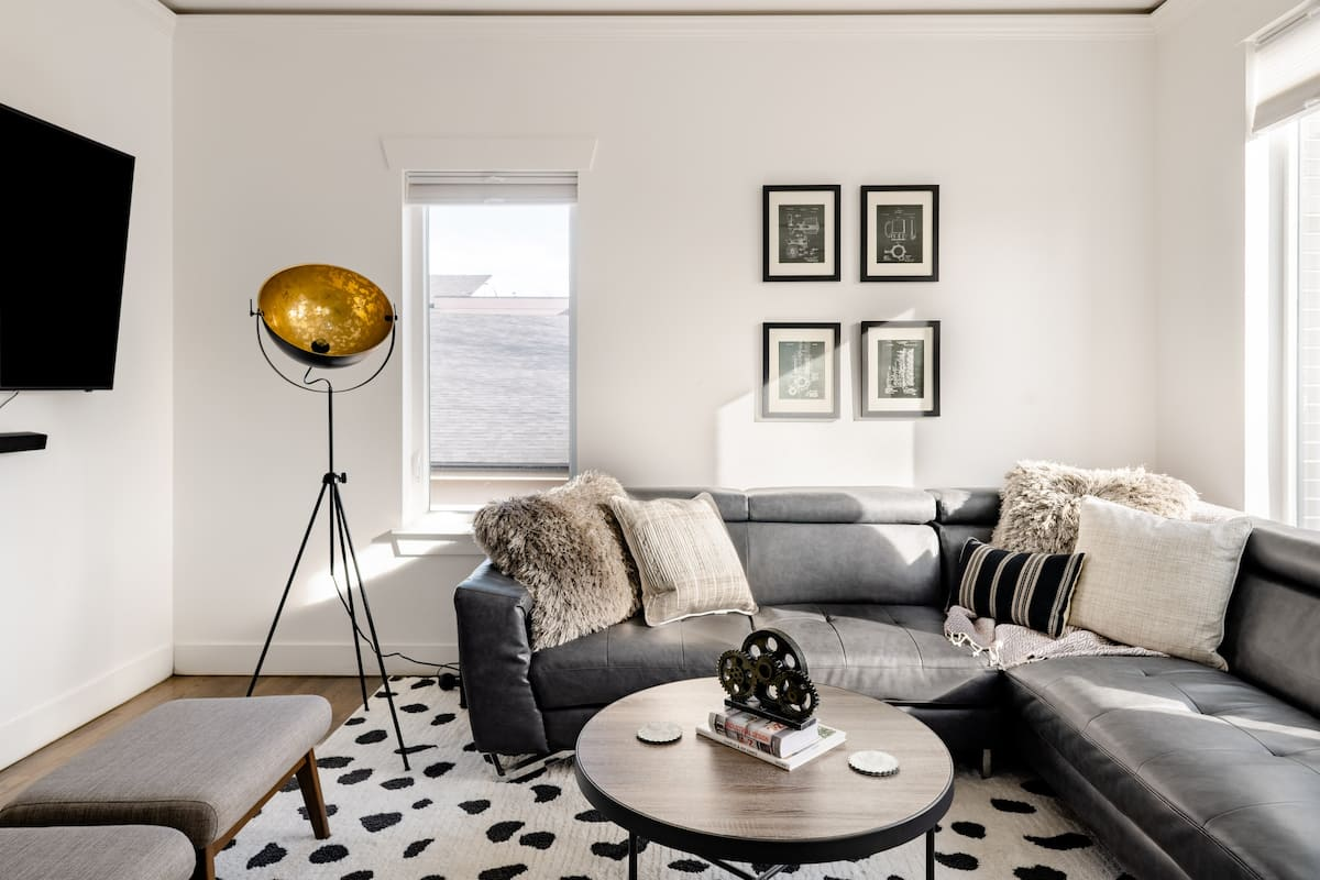 Downtown Views From Fashionable North Lohi Home