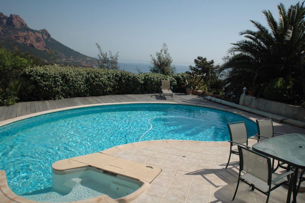 Grande piscine avec Jacuzzi et nage à contre courant