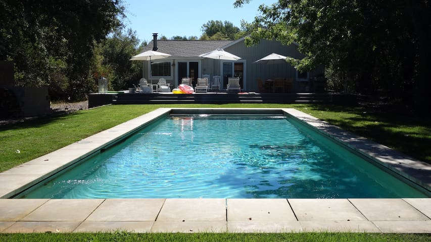 Vineyard Vista, Modern Country Cottage with Pool