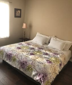 Private King Bedroom #1, Quiet & Clean, New House - Dallas - Hus