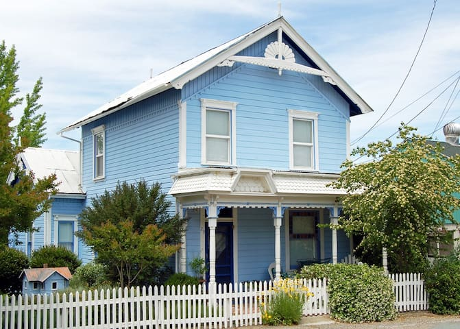 The Fournier House -- 1870 Victorian off Main St. - Sutter Creek - Casa