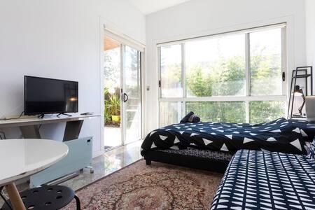Relax and Retreat Studio Flat. Bella Vista