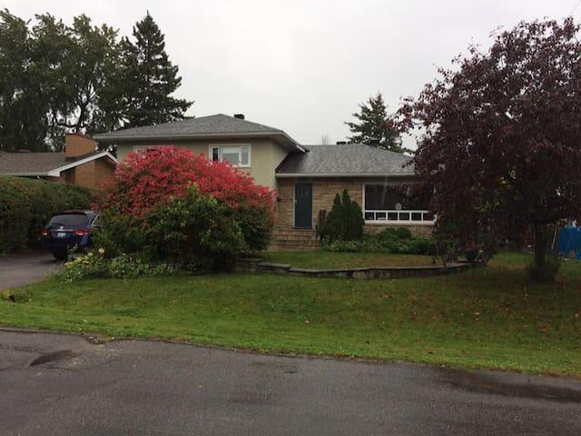 Renovated 4 bedroom home close to downtown Ottawa - ออตตาวา - บ้าน