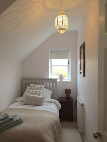 The single cosy bedroom with little Morroccan touches