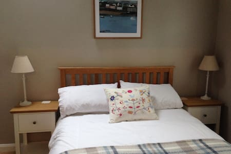 En-suite double room near station - Haslemere - Bed & Breakfast